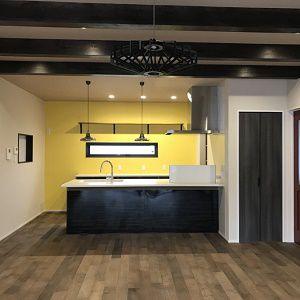 キッチン部分をビビットカラーのクロスで、明るい空間に。出来上がりまでドキドキしたがおしゃれな空間が出来ました。