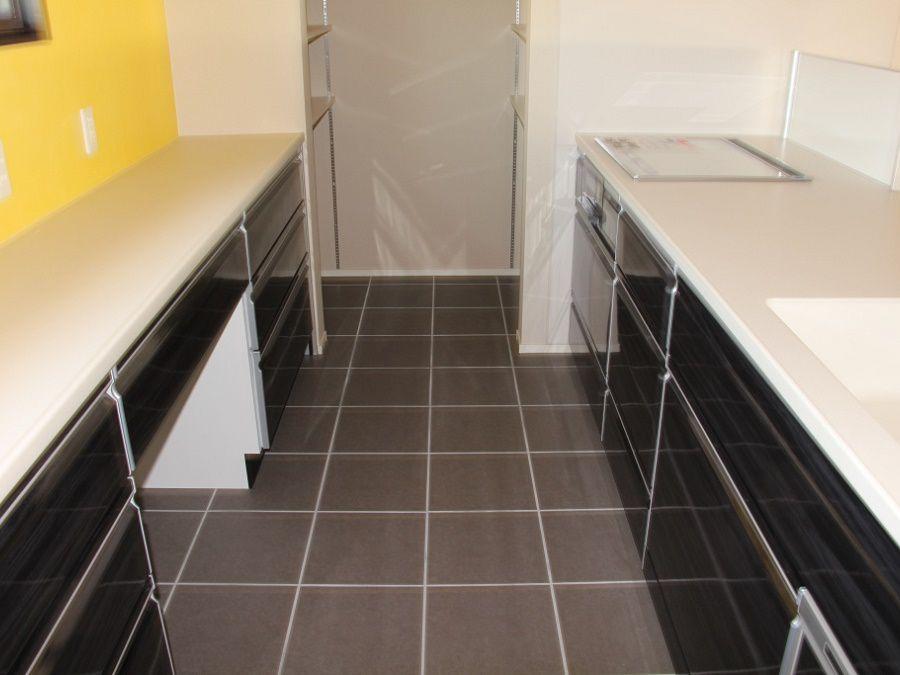 キッチン周辺の床は掃除しやすいタイル。拭き掃除だけでお掃除も楽々。
