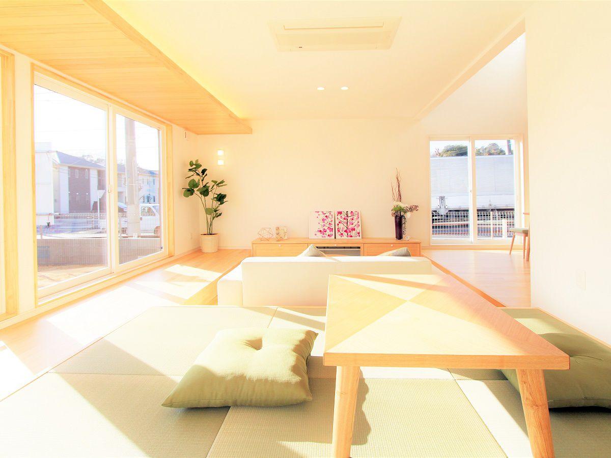 開放的なタタミ空間。縁側のようなスペースがあることで日中ずっと日差しを感じれます。