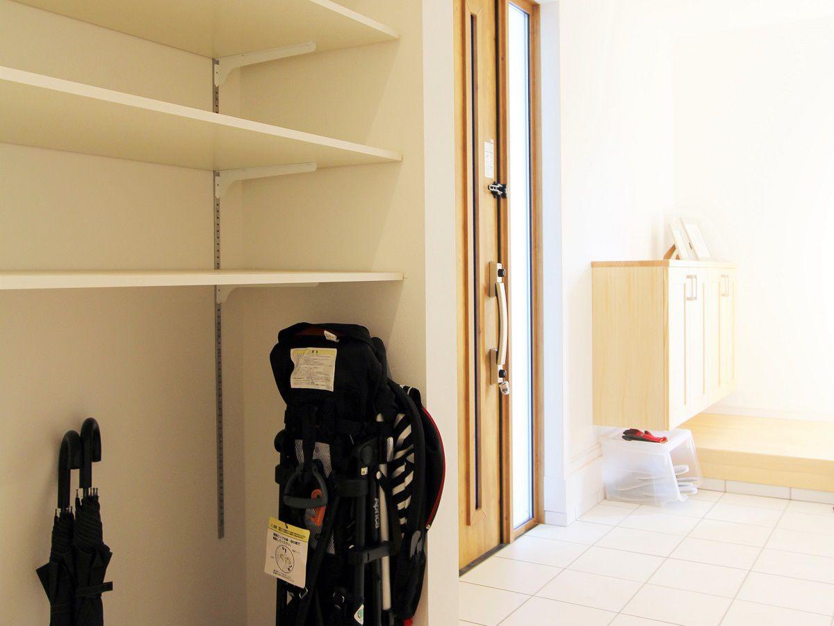 玄関ホールを広く取ることで、ベビーカー、趣味の道具まで全て家中で片付けられます。