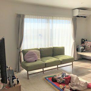 広々としたLDKはリビングメイン 続きで和室もあるので、どこに居ても家族の雰囲気を感じられる空間になりました。 南側には大きな窓を設置し、日中は電気をつけなくても過ごせる明るい空間です