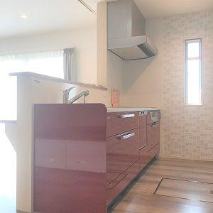インパクトの大!の赤いキッチンに毎日の家事も楽しくなります。 キッチンの後ろには収納を設け、ご家族皆様の食器やキッチン用品、食品ストックまで収納可能! 更にキッチン奥にはもう1つ動線が・・・奥様のデスクカウンターに、壁面収納を抜けると洗面所へと続きます。 散らかりがちなキッチンがスッキリ片付くだけでなく、水廻りの短い動線は仕事と家事を両立する奥様には嬉しいポイントです。