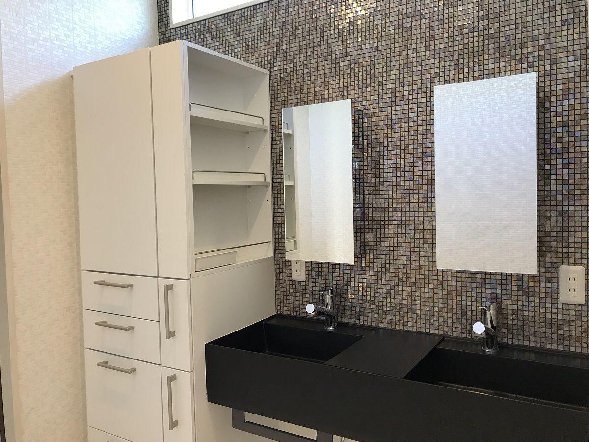 1階のトイレはタンクレスですっきりと。更に天井を掘り込み、間接照明を入れることで、圧迫感をなくしました