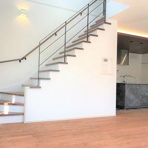 ダイニングとの間の壁をあえて少し低めに作り、圧迫感を排除。さらに階段の上り口も隣接しているので吹き抜けもあり広々ゆったりできるリビングです
