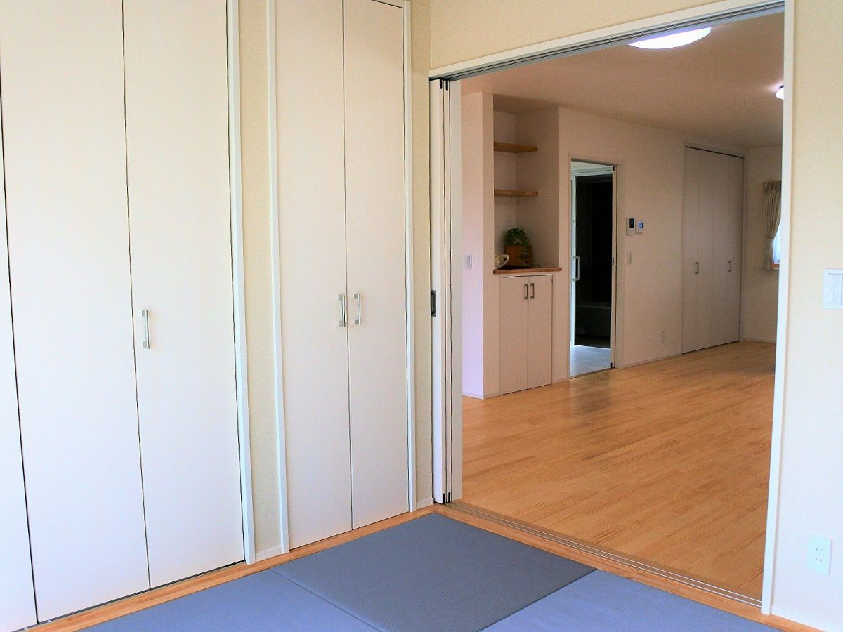 光がたくさん入ってきます。和室の入り口には引込み式の扉がついてます。お客さんが来た際など、大活躍しそうです。