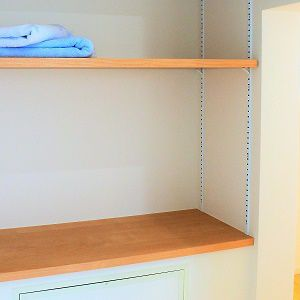 階段下にたっぷり収納空間!お風呂の隣なので、タオルなど洗面用品も置けてかなり便利です。