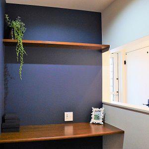 パソコンや本を読みたい時、書斎スペースがあるって素敵ですよね。書類や雑誌を広げても十分な広さの机です