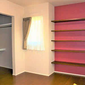 寝室にボルドーカラーの棚を。本などたっぷり置けます。