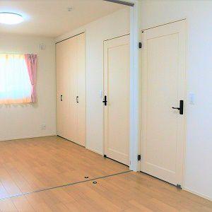 真ん中に仕切りがついていて、それぞれのお部屋のプライバシーも守ります。広く使いたい時は仕切りを収めて使えます。