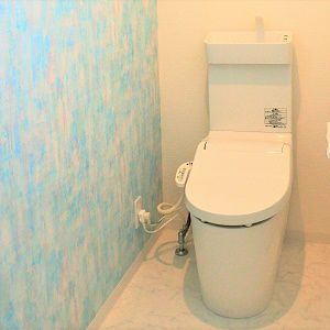 晴れた日の青空のような壁紙。トイレまで素敵な空間です。