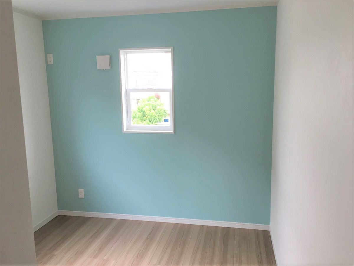 お子様のお部屋はアクセントクロスで色分けしました。