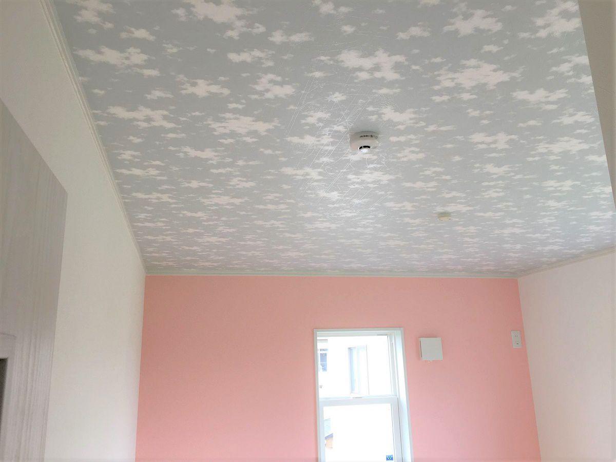 天井には蓄光クロスを貼りました。電気を消すと模様が光ります。遊び心がありますね。