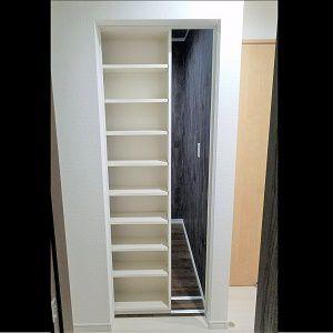 書斎の扉は本棚になっています。扉が閉まっていると部屋があるとは思えない作りになっています。