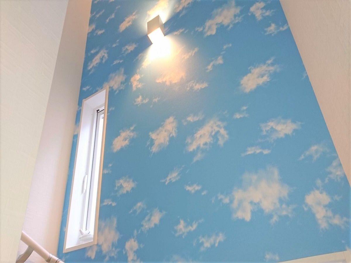 階段には青空と雲が描かれた明るく楽しいクロスを貼りました。雰囲気がガラッと変わります。
