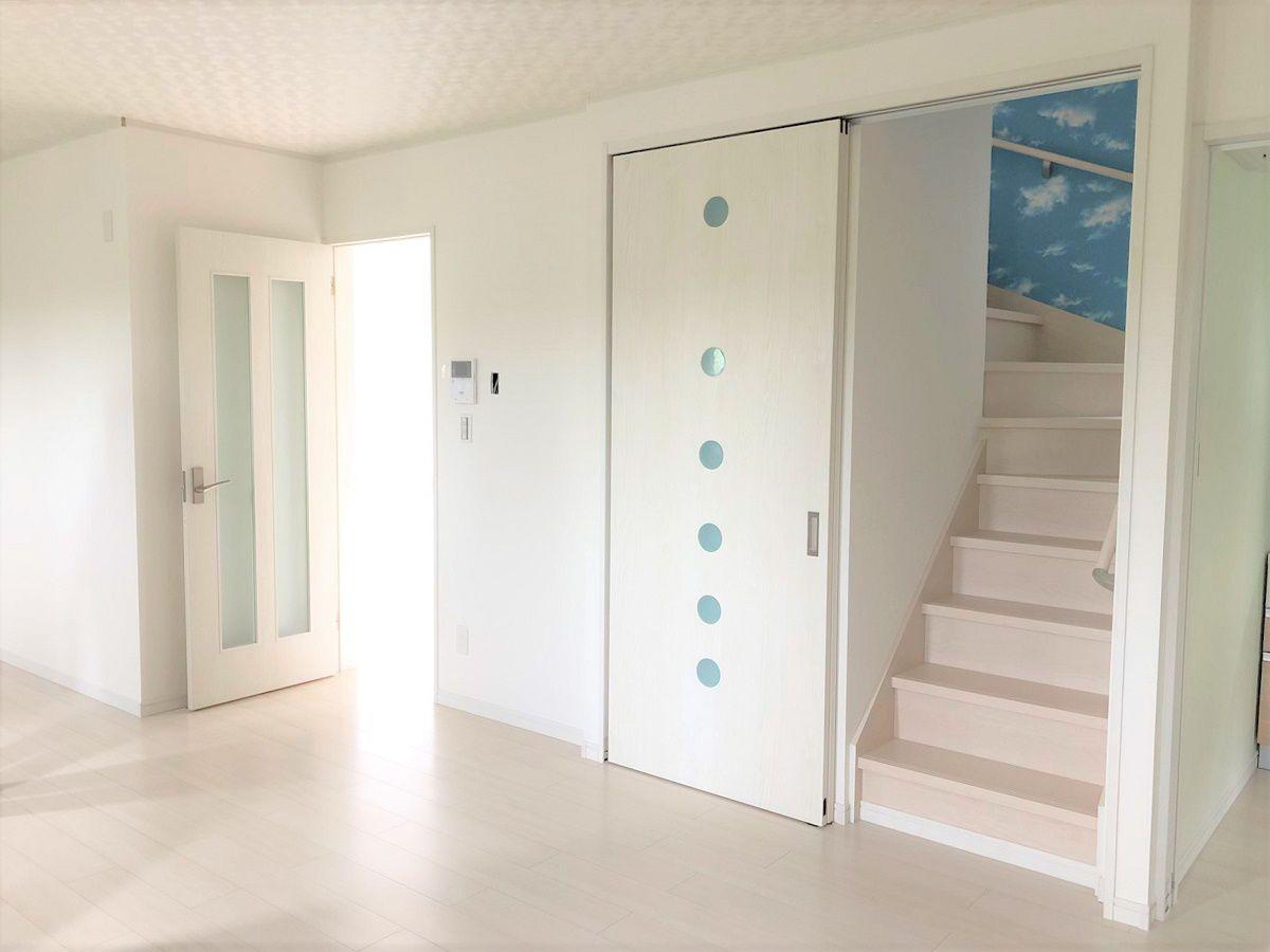 引戸付きのリビング階段。お客様が来た時など目隠しも出来たり、暖気や冷気も扉で逃しません。隣は収納になっています。このリビング階段はご主人のお気に入りの一つです。
