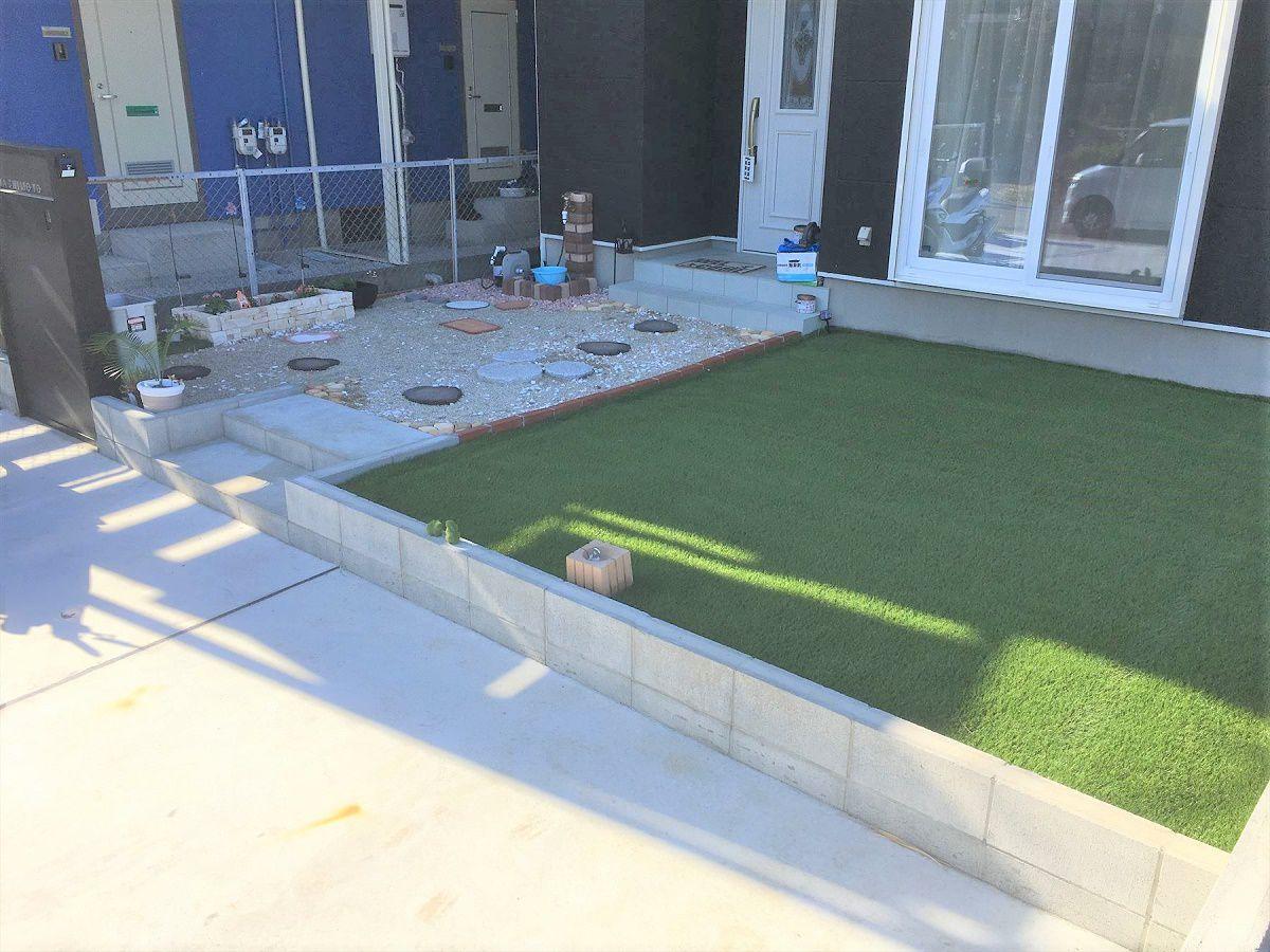 リビングからすぐ出られるお庭には人工芝を敷きました。お子様のプールだったりバーベキューだったりと色々な用途に使える庭になりました。