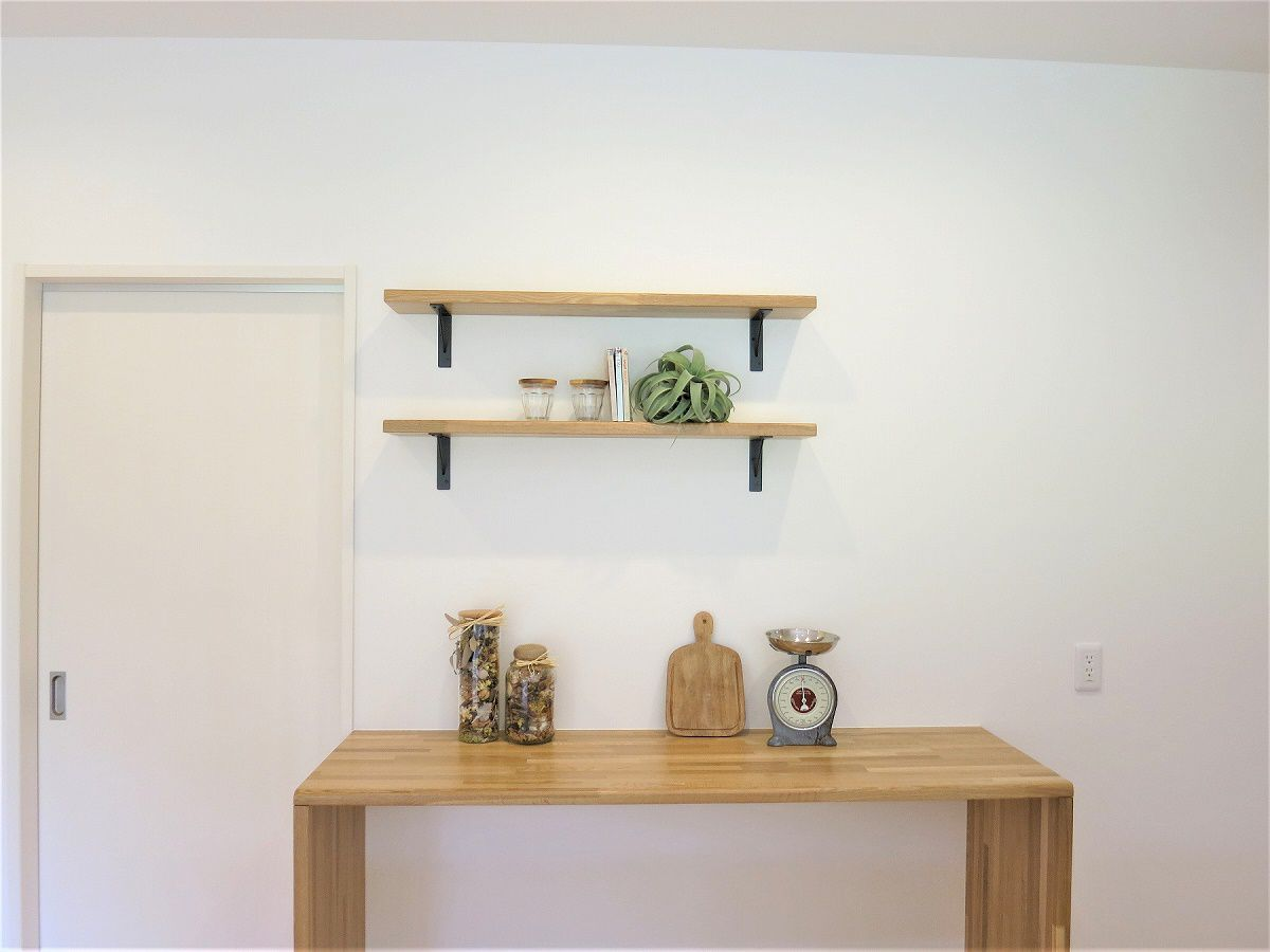 キッチン背面に造作カウンターと、飾り棚でおしゃれなキッチンです。