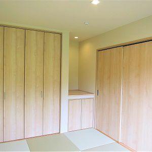 和室の収納上部には無垢の床材を張っています。細かいところにもしっかりこだわっています。