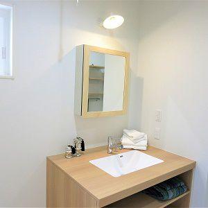 広々とした明るい洗面所です。収納スペースもあり、使いやすいです。