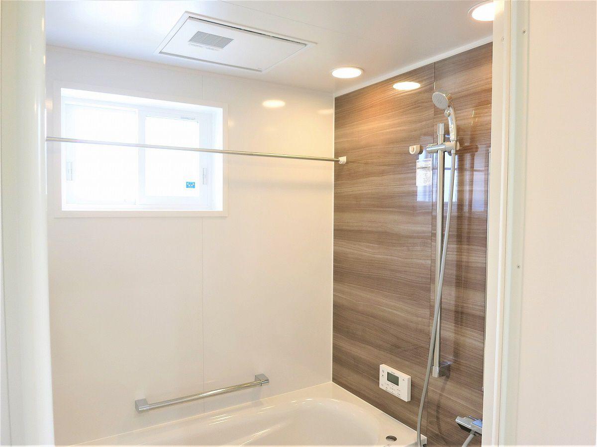 アクセントは、ダークブラウンで、とても落ち着きがあり、くつろげる浴室です。