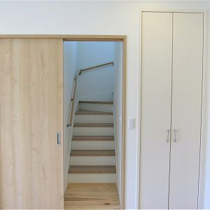 階段にも扉を付けて冬の寒さ対策もばっちりです。