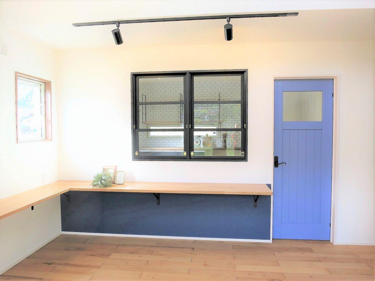 L字の長いカウンター。食事、お勉強、テレビを見ることもでき、様々な用途で使えます。キッチンとダイニング繋ぐ飾り窓は、インテリアとしてだけでなくお料理等の受け渡しとしても活躍すること間違いなしです。