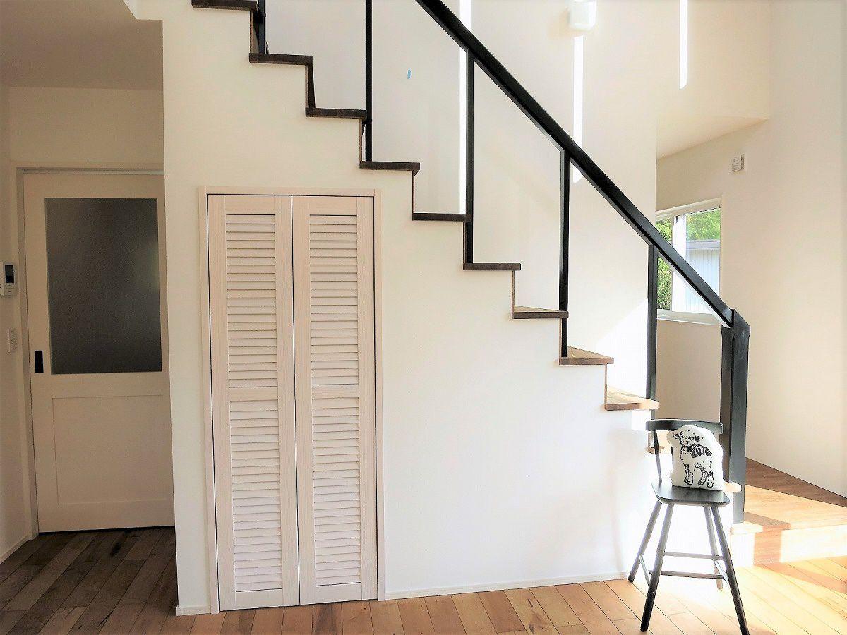 吹き抜けのあるリビングに、オープン階段でさらに開放感を。ダイニング前の飾り窓のテイストを合わせ、木製の手すりにブラック塗装しました。