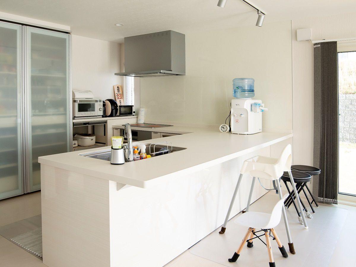 奥様こだわりのキッチンは、備え付けのカップボードと合わせて抜群の収納力。 生活感を出さないためのポイントがここにあります。