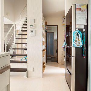 キッチン・パントリー・洗面・浴室が一直線につながり、家事に仕事に子育てに日々忙しいママ思いの家事&時短動線となっています。