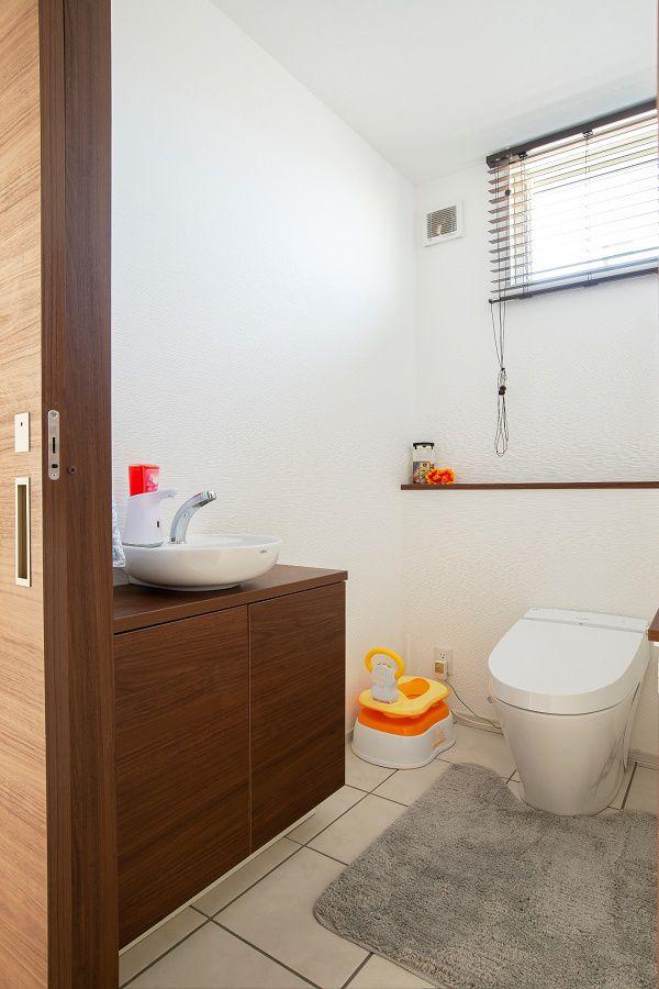 手洗いカウンターを設けたトイレ。 お子様と2人で入っても余裕の広さで、トイレトレーニングにも大活躍です。