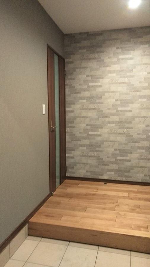 玄関ドアを開けると目に飛び込んでくる正面のクロスがこの家のイメージにぴったりなものになっています。