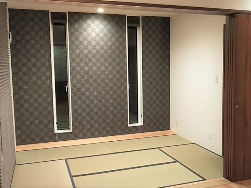 リビングから見た和室は手前の引き戸が全開するとリビングと繋がって広々空間になります。リビングから見た和室の正面は細長い窓がアクセントになって一面クロスを変えた紺色の壁もまたこの家の雰囲気にマッチしています。