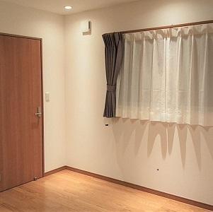 写真のドアの向こうはウォークインクローゼットになっていて、ご夫妻二人分の荷物が収納できます。