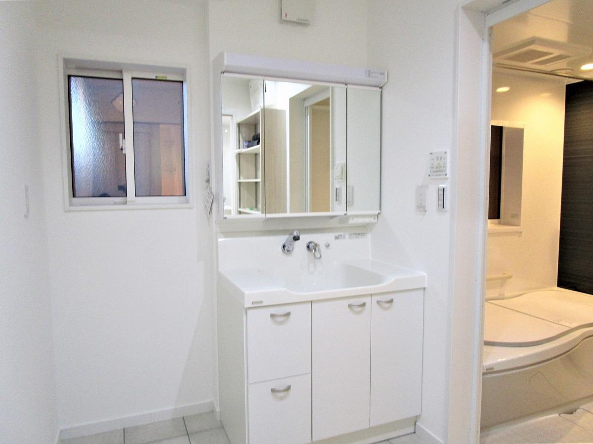 キッチンからすぐ行ける洗面には、物干しを付けて洗濯を楽に!
