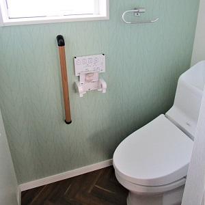 ヘリンボーン調の床材がとっても素敵なトイレ!