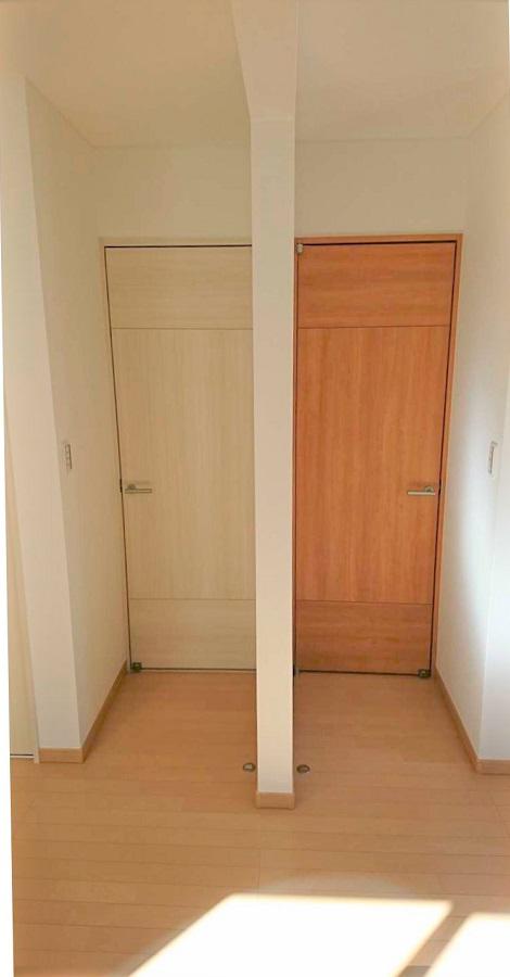 お子様の部屋は今は壁を作らず一つの部屋に。将来部屋を分けられるよう扉も2つ付けました。