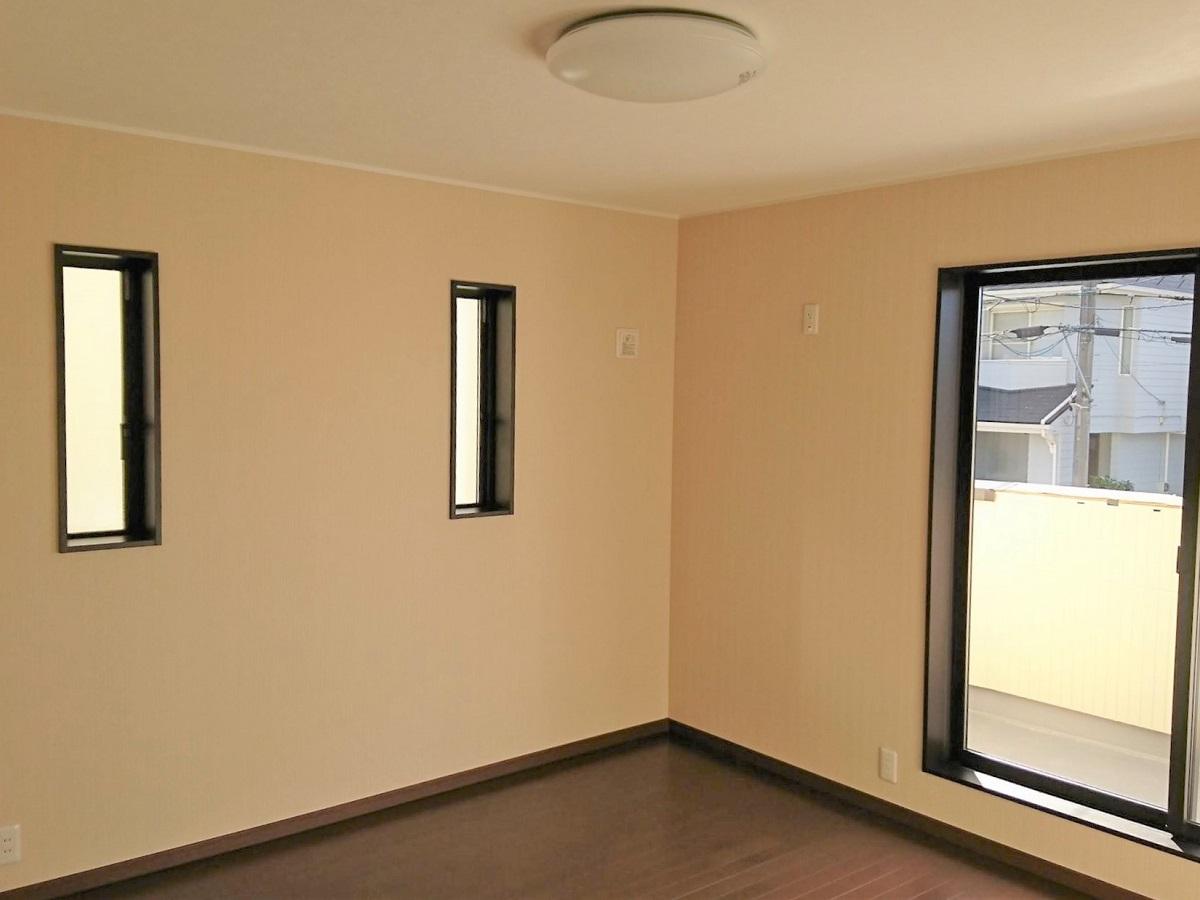 バルコニーにもすぐに出れる、南向きの日当りの良い主寝室。