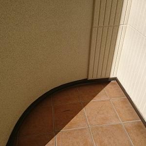 日当りの良い南向きの玄関の上はバルコニーになっています。両端がRになっています。