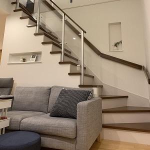 吹抜け階段の手すりをスケルトン素材にすることで、開放感が増します。