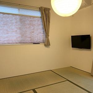 壁掛けテレビにすることで、すっきりとした和室になっています。