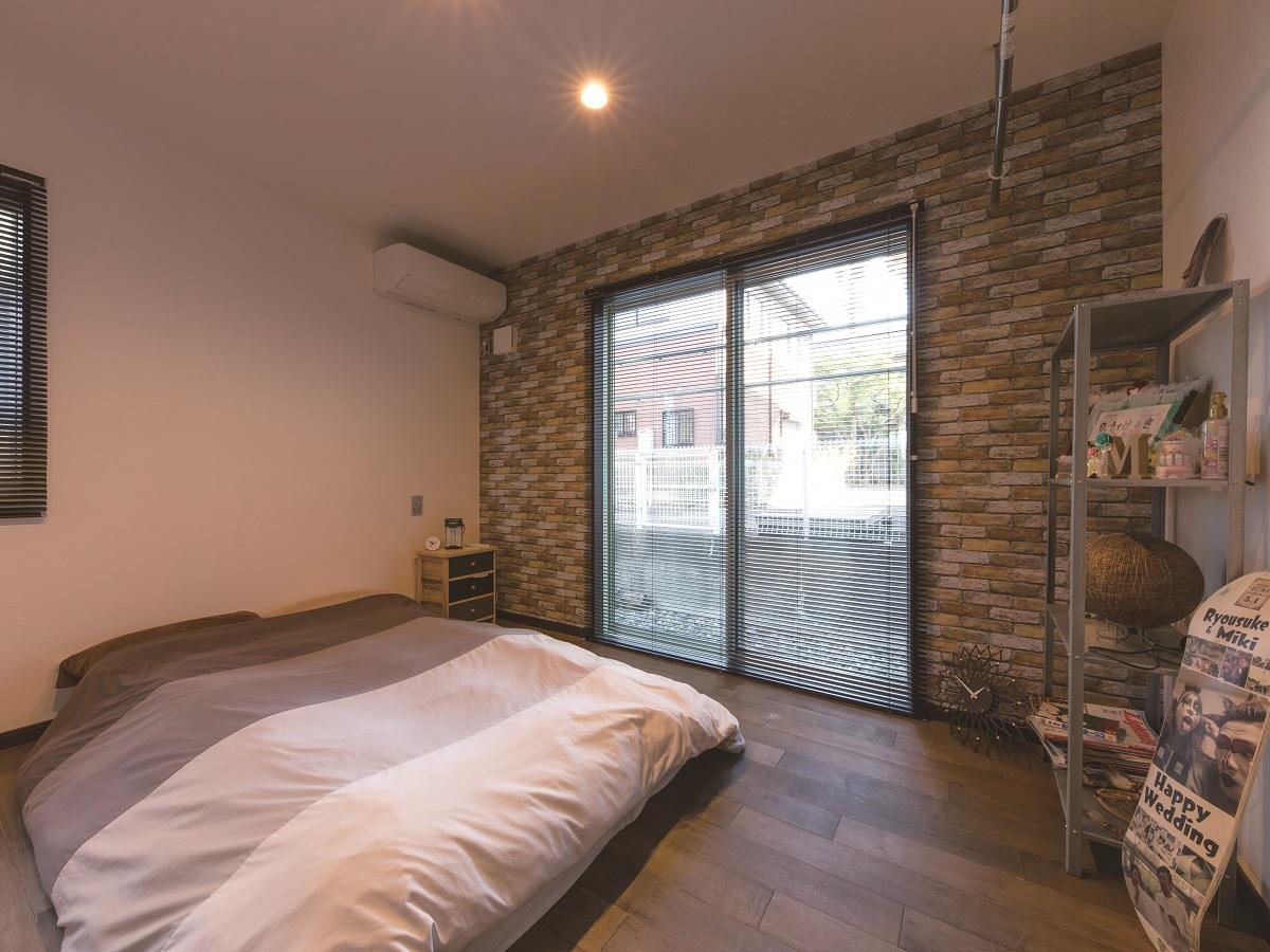 ぽかぽかの主寝室はダークな無垢床で落ち着く空間に♩