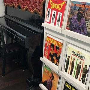 ピアノの周りには、ご主人の趣味のレコードがたくさん飾られています。