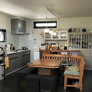 壁付けキッチンにすることでDKスペースが広くとれています。 キッチンに窓があるのも良いですね。