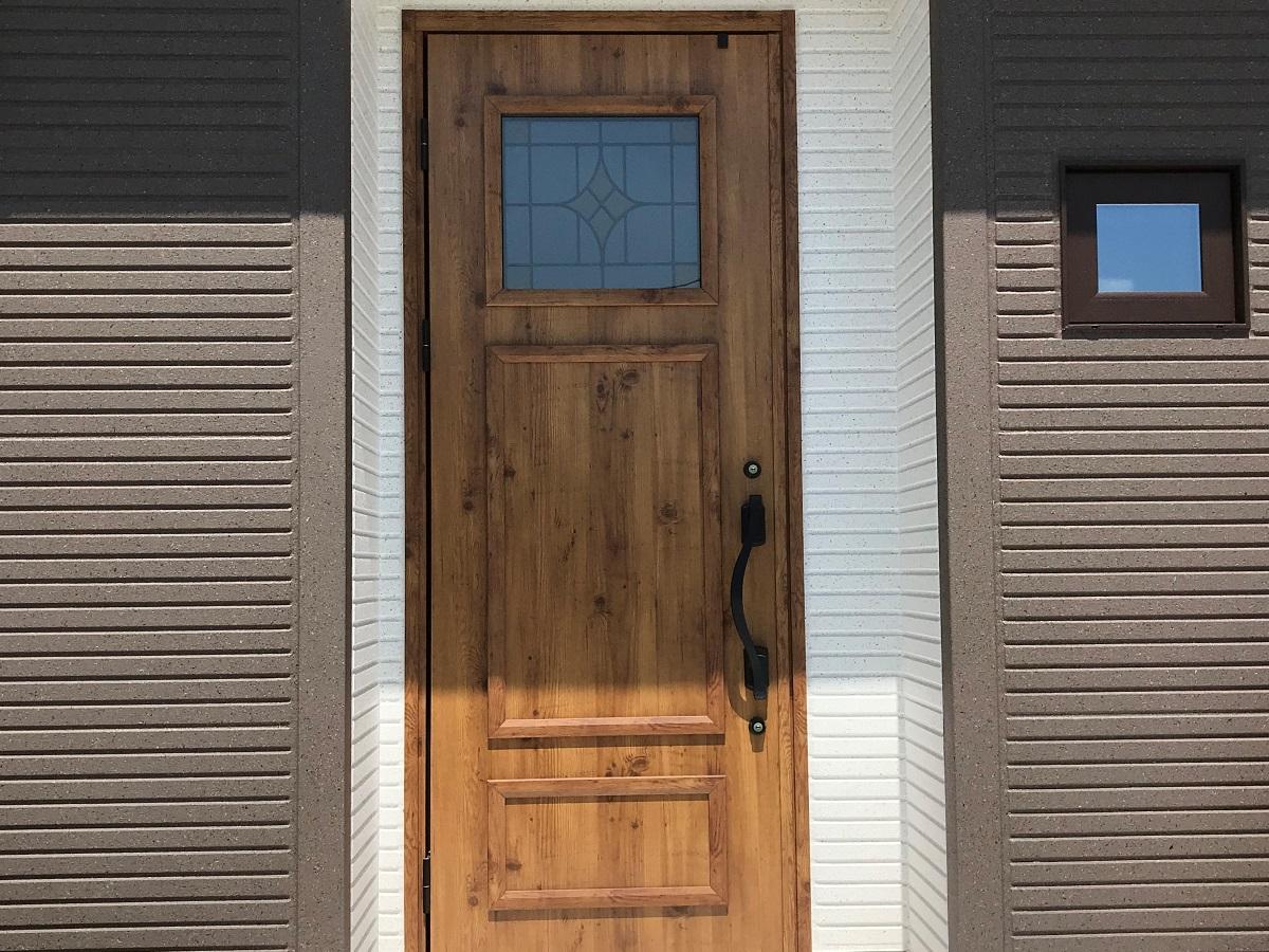 デザインガラスが印象的な玄関ドア。