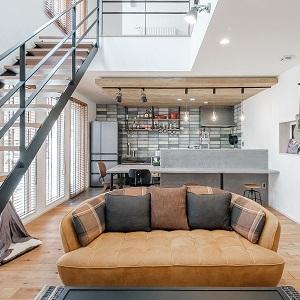 リビングから見えるダイニングキッチンスペースには個性的でお気に入りのパーツを並べる事で心地良く過ごせるインダストリアルな空間が完成する。