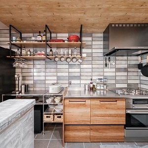 作業性の高いステンレスを基調とした2ラインキッチンで作業がはかどるレイアウト。使いたい道具がすぐ使えるように見せるながらしまう、工夫がいっぱい。