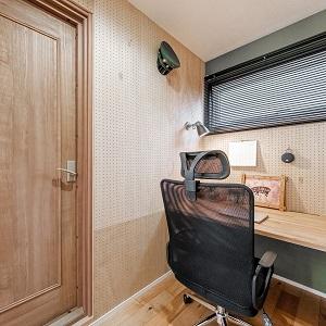 スタジオのすぐ横には多目的に使える作業スペースを確保。ここでは趣味も仕事も出来るように広いカウンターを設置。壁全面を使った有孔ボードは無限の活用方法を秘めている。