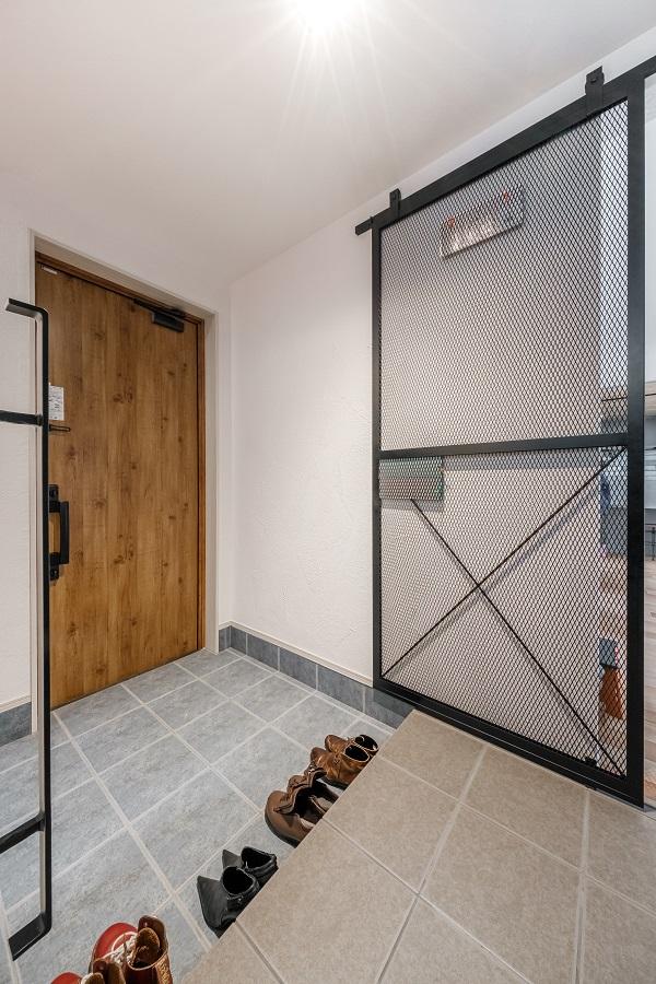 I様の大好きな映画にあるシーンから発想され実現した扉です。これは猫ちゃんの脱走防止という役割もあります。