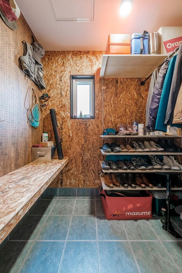 壁全面にOSB合板を貼り壁の活用・自由度を高めてくれる仕掛けを。汚れがちな外回りの作業も遠慮なくこなせるように、カウンターもOSB合板を使いタフに仕上げる。