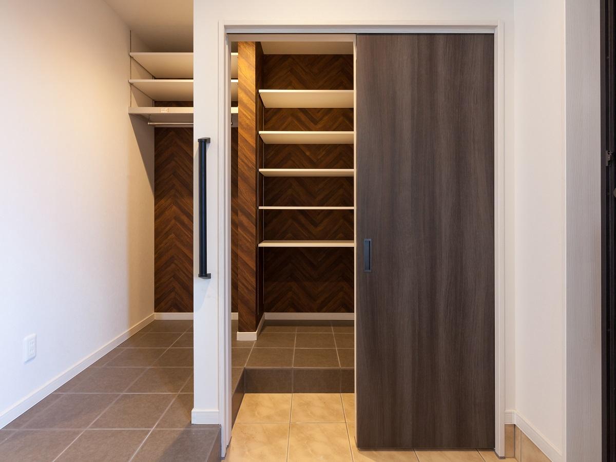 玄関横には大きなシューズクローク。靴の収納にも便利な可動棚とコート類も掛けられるスペースを確保
